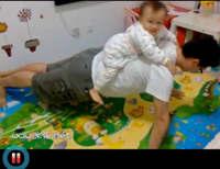 驼着米乐做俯卧撑(视频)